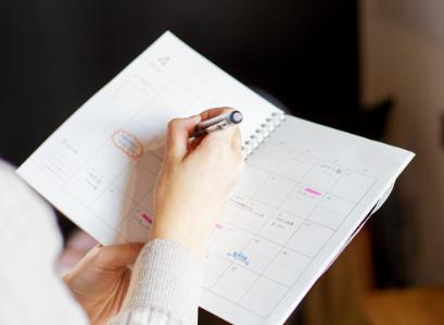 ノートにペンで書いているところ